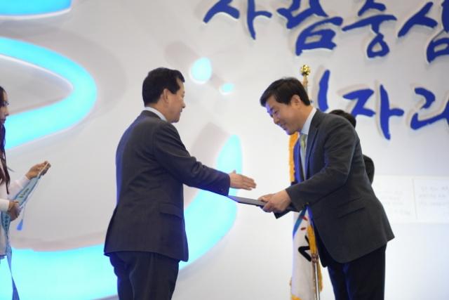 크기변환_3월 11일 일산킨텍스에서 황명선 논산시장이 심보균 행정안전부 차관으로부터 지방정부 일자리 정책 국무총리 표창을 수상하고 있다 (2).JPG